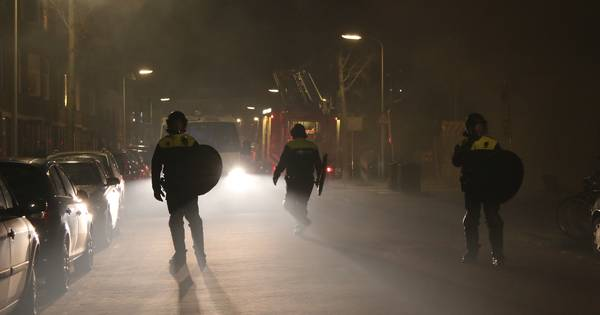 Vlam weer in de pan in Duindorp: jongeren gooien zwaar vuurwerk en eieren naar massaal aanwezige ME