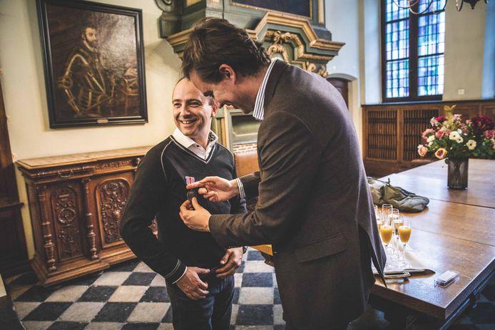 John De Clercq wordt gehuldigd door burgemeester Mathias De Clercq.