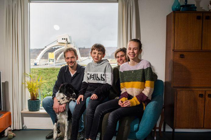 Annemiek Nobel en Ronald Broekhuizen wonen met hun kinderen Suze en Kris aan de dijk in Driel.
