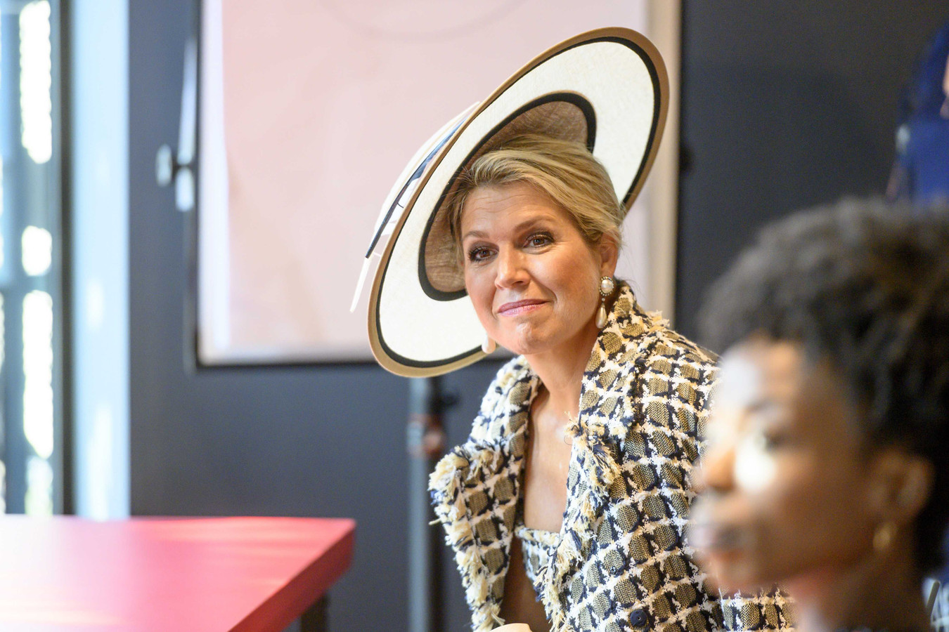 De koningin in gesprek met kunstenaars/theatermakers. Rechts Barbara Willemsen.