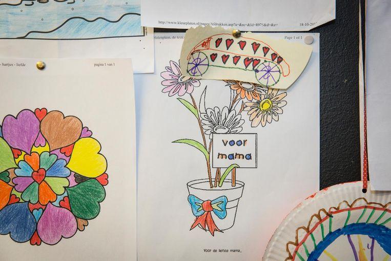 Een cel van een van de moeders met kleurplaten van haar kind op het prikbord Beeld Dingena Mol