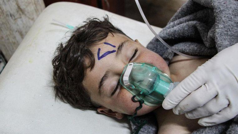 Een Syrisch kind wordt behandeld na de vermoedelijke gifgasaanval in het Syrische Khan Sheikhoun. Beeld epa