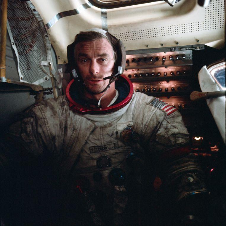 Gene Cernan, de laatste mens op de maan kort na zijn derde maanwandeling. Zijn ruimtepak is vies van het grijze maanstof. Beeld Nasa