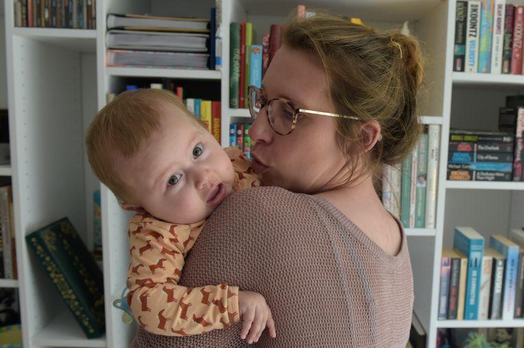 Kleine Pia (7 maand) met mama Ellen. Door de ziekte SMA worden haar spieren één voor één zwakker — finaal ook die van de ademhaling en het hart.