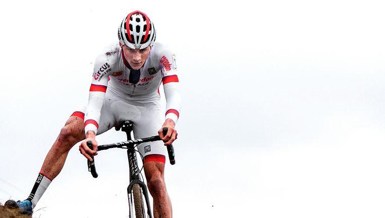 Mathieu van der Poel houdt zijn balans op een steil stuk van het parcours in Hoogerheide. Beeld Klaas Jan van der Weij