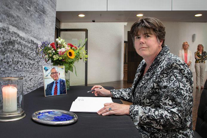 Burgemeester Ina Adema tekende maandag als eerste het voor publiek opengestelde condoleanceregister in het stadhuis van Lelystad.