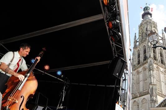 20180511 - Breda - Jazzfestival 2018 - Havermarkt - De bassist van de Cat Lee King - band. FOTO: RAMON MANGOLD/ PIX4PROFS