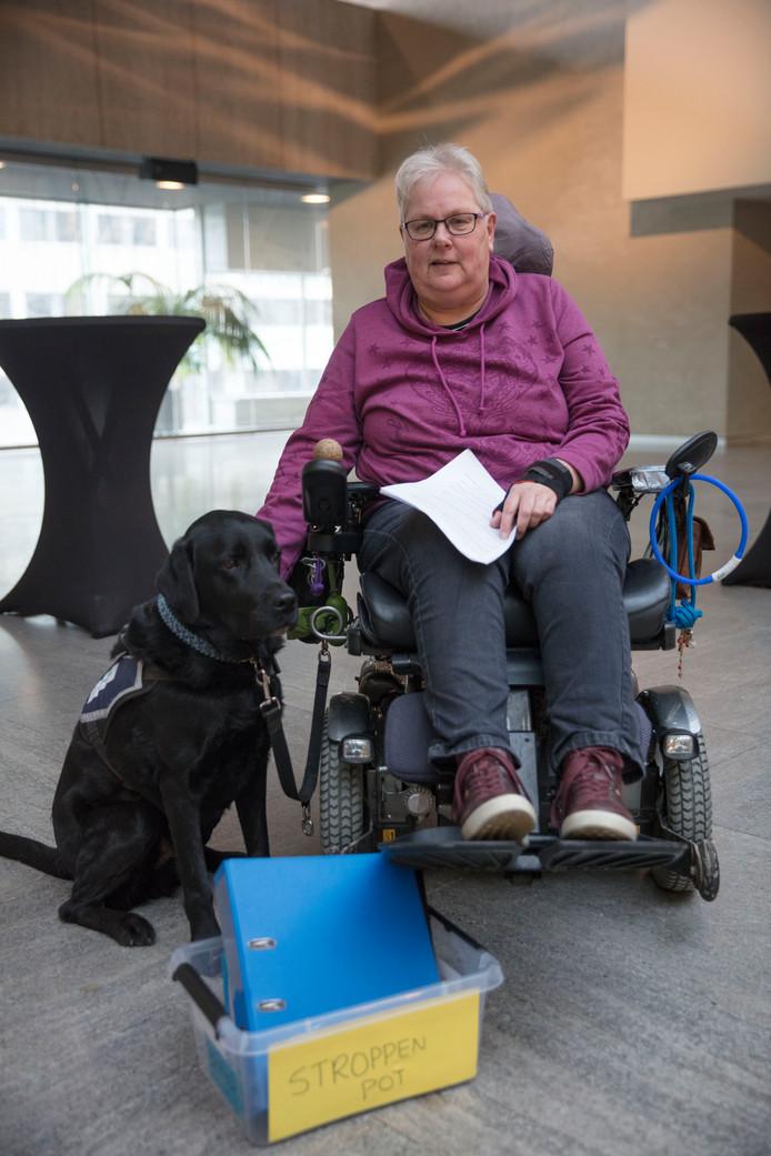 Ans van Snepscheut met haar hulphond. Ze was een van de Wmo-gebruikers die eerder insprak tijdens een raadsvergadering in Eindhoven, om te protesteren tegen de bezuiniging op de huishoudelijke hulp.