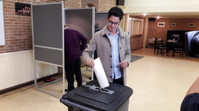 Rob Jetten stemt in Millingen voor de Europese verkiezingen.