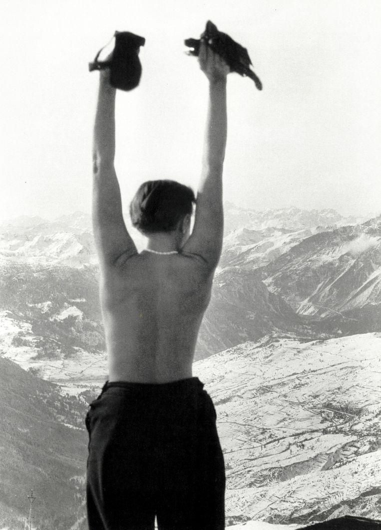 De Franse architecte en meubel-ontwerpster Charlotte Perriand (1903-1999) in de jaren dertig in de Alpen. Ze maakte deel uit van het designteam dat in de jaren zeventig het skiresort Les Arcs ontwierp. Beeld Charlotte Perriand - Carnet de Montagne
