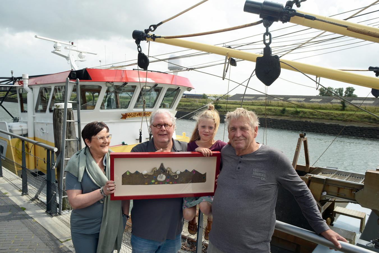 Zierikzee nieuwe haven  (vlnr) Sarina de Looff, Rik Vermaat, 'toekomstig mosselprinses' Lea van Wamelen en oud-mosselvisser Leon Praet met de ingelijste platgeslagen kroon van Neptunus.