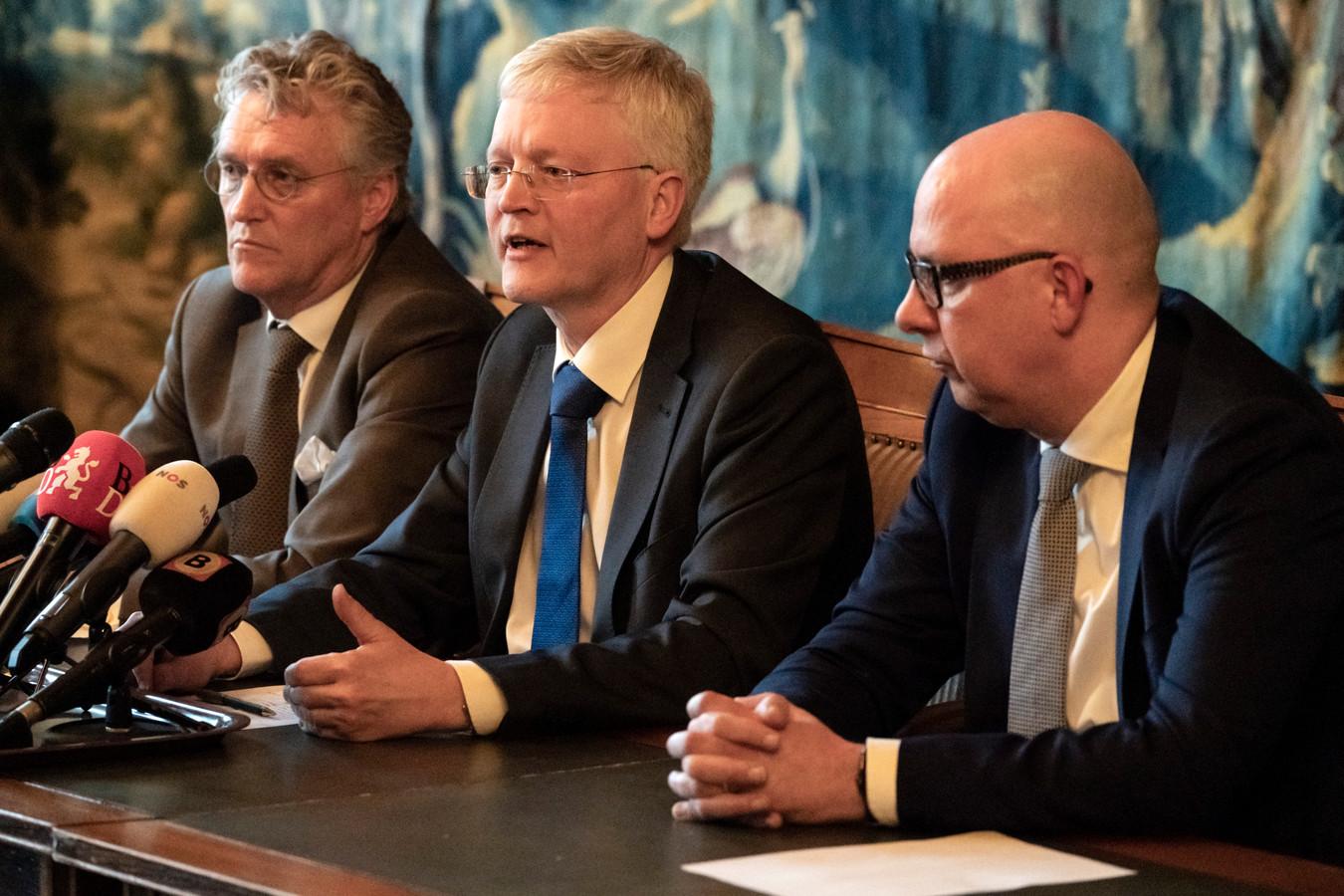 De drie voorzitters van de Brabantse veiligheidsregio's, bijeen op de persconferentie van 10 maart.  Van links naar rechts John Jorritsma (burgemeester Eindhoven), Theo Weterings (burgemeester Tilburg) en Jack Mikkers (burgemeester Den Bosch).