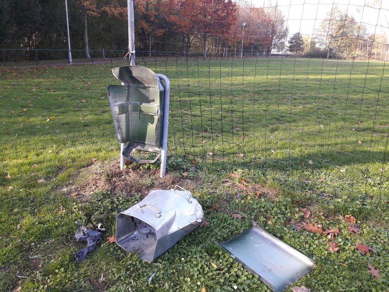Verschillende vuilnisbakken werden tot schroot herleid na een zware ontploffing.