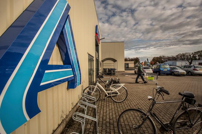 Antwan Havekes verlaat met zijn winkelkar het tijdelijk onderkomen van Aldi in Vorden. Vanwege de sloop van de supermarkt aan De Bleek, zit de discounter tijdelijk op bedrijventerrein Werkveld.