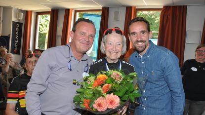 Senioren fietsen door hun verleden (en worden opgewacht door Sven Kums)