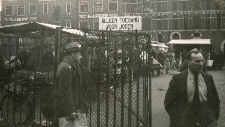 In de speeltuin op het Waterlooplein kwam op 3 november 1942 een van de vier Joodse markten waar alleen Joden mochten handelen en kopen Beeld Lotty's bankje