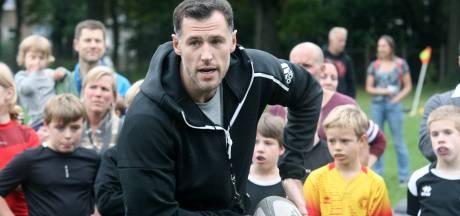 Tim Visser brengt Rams-jeugd in Apeldoorn de fijne rugby-kneepjes bij