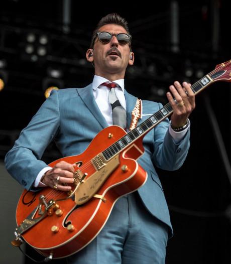 Danny Vera zingt op Koningsbrug in Middelburg