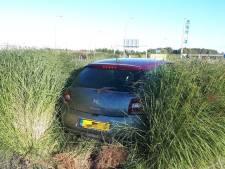 Auto belandt na botsing tussen het groen op Waalwijkse rotonde