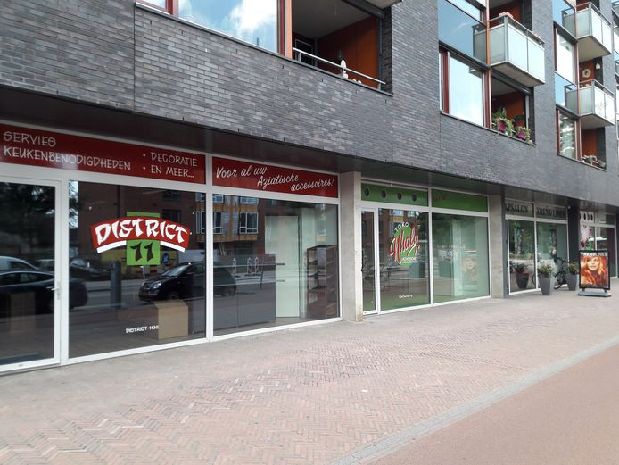 District 11 en Toko Nhaly aan Molenstraat Centrum.