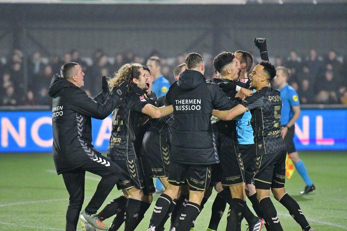 Go Ahead Eagles wint na strafschoppen van IJsselmeervogels.