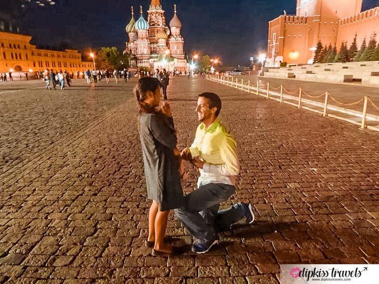 Het huwelijksaanzoek op het Rode Plein in Moskou.