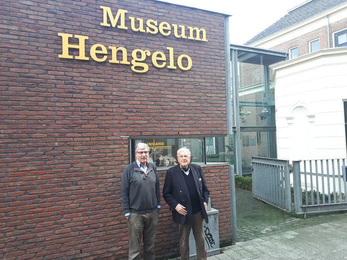 Voorzitter Gerard van Houweninge (rechts) en bestuurslid Gerrit ter Welle van Museum Hengelo.