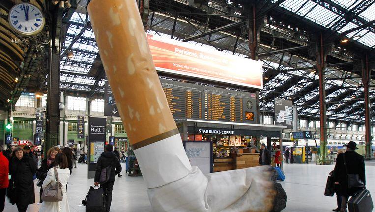 Archiefbeeld van een enorme sigarettenpeuk op het treinstation Gare de Lyon van Parijs.