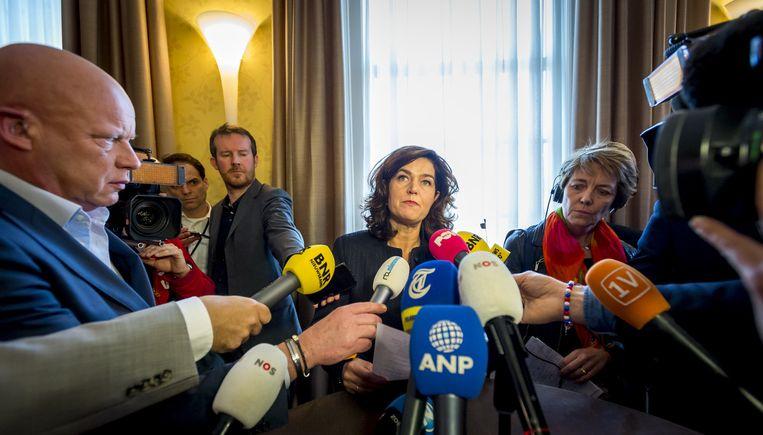 Anouchka van Miltenburg staat de pers te woord, nadat het presidium heeft overlegt over het lek bij de commissie-Stiekem Beeld null