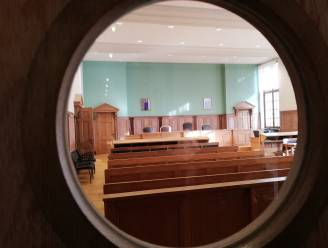 Man (25) riskeert 2 jaar cel voor bedreigen man met mes voor gsm's en 500 euro
