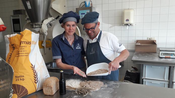 Bakker Allard Jacobs en zijn vrouw Maureen tonen hun tarwemeel in de bakkerij aan de Grotestraat in Drunen.
