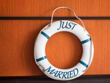 Pasgetrouwd stel vindt 'huwelijksboot' in voortuin na trouwfeest
