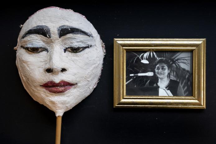 Werk van de overleden kunstenares Bianca Tangande. foto masker met portret van Bianca