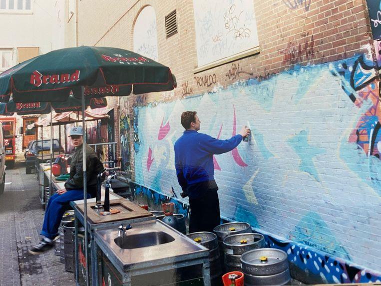 Vaste gast Niels Shoe Meulman maakt de graffiti voor Koninginnedag.  Beeld prive-archief De Duivel