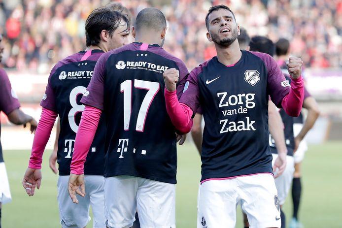 Adam Maher juicht met de Utrecht-fans na de 1-2.