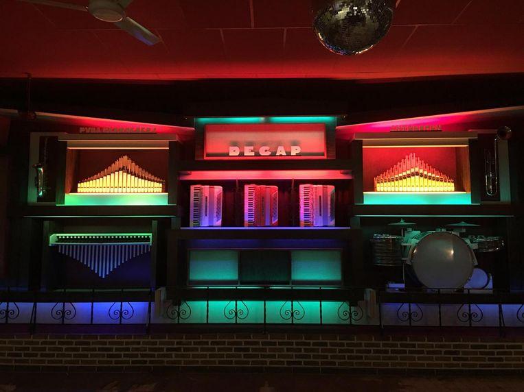 Het oude Decap-orgel, met onder andere drie accordeons, een xylofoon en een drumstel ingewerkt, wacht op een nieuwe eigenaar.