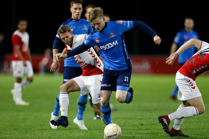 Juul Respen houdt de verdedigers van Jong FC Utrecht van zich af. Hij stond gisteravond opnieuw in de spits, zijn favoriete positie. Eerder speelde hij bij Helmond Sport als linksbuiten.