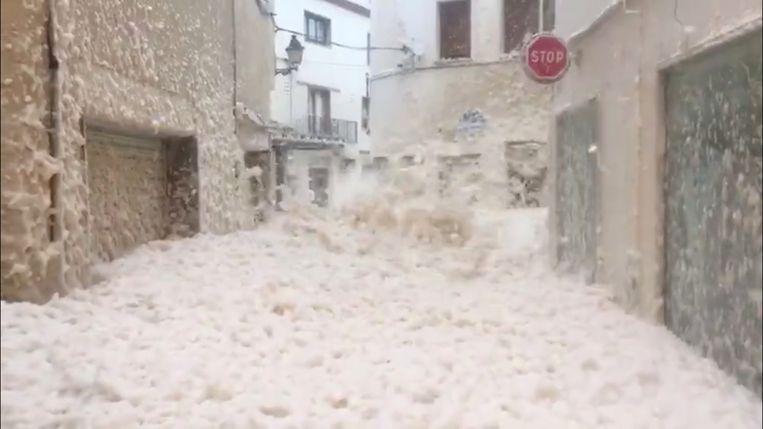 Het zeeschuim kwam meters hoog in de straten van Tossa de Mar.
