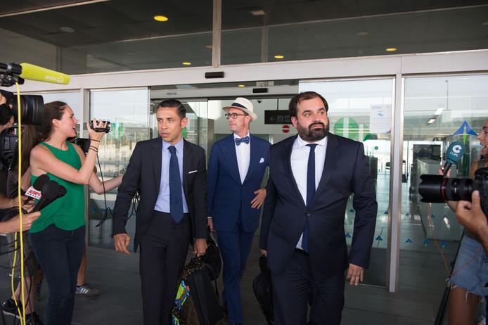 De Spaanse jurist Juan de Dios Crespo (midden) vertrekt vanaf de luchthaven naar FC Barcelona om namens Neymar de transfersom van 222 miljoen euro over te maken.