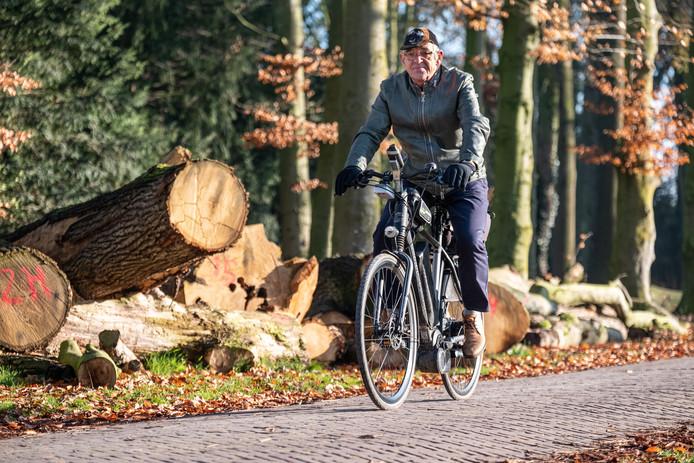 Willem Baan (72) op de snuffelfiets.