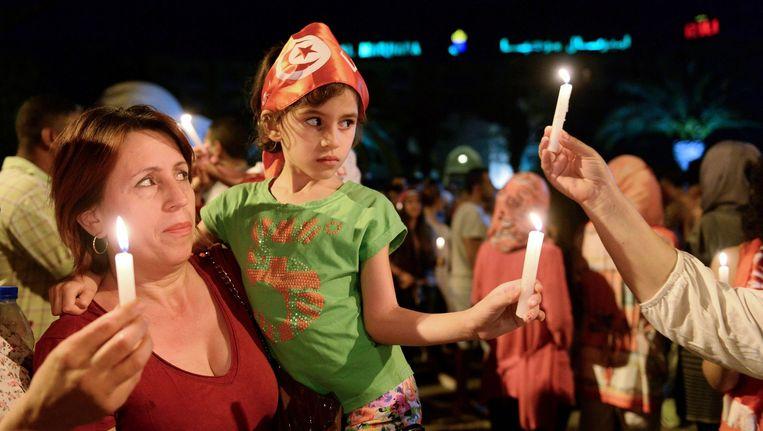 Een vrouw en een meisje nemen deel aan de betoging voor het Hotel Imperial Marhaba.