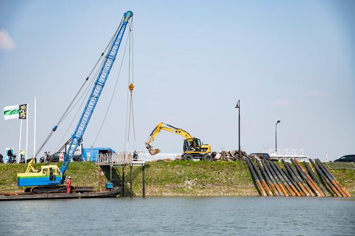 Aan de Veerdam in Druten werd dit voorjaar gewerkt om de ligplaats voor het bunkerschip gereed te krijgen.