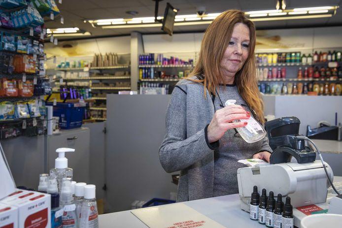 Desinfecterende handgel in de drogisterij. Sinds het aantal besmettingen met het coronavirus in Europa toeneemt, gaat de verkoop van mondkapjes en handgel snel.