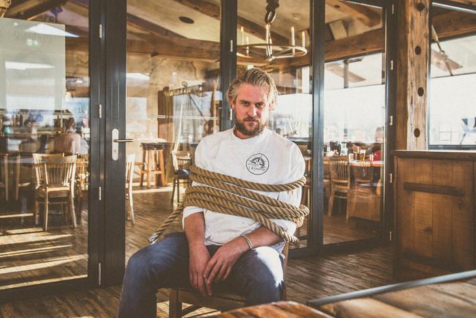 Eigenaar en chefkok Peter Platje geeft een aantal donderdagen in februari en maart het heft uit handen in zijn restaurant 't Kraantje in Zwartsluis aan teams die denken dat ze dat ook wel kunnen.