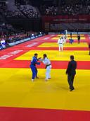 Sami Chouchi (g.) a réussi après 21 secondes dans le Golden Score ce qui semblait être un waza-ari contre le champion olympique russe Khasan Khalmurzaev (à d.)