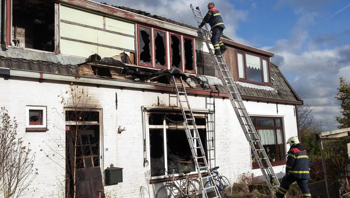De volledig uitgebrande woning aan het Zandpad in Cothen.