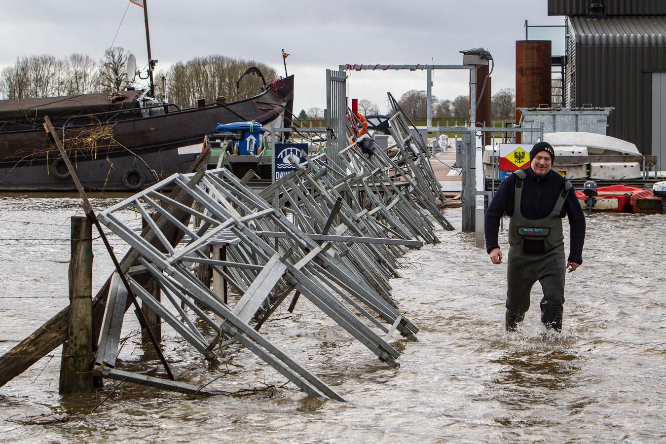 Max Hendriks loopt door het water bij de jachthaven.