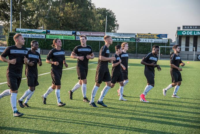Spelers van Achilles'29 tijdens de eerste training.