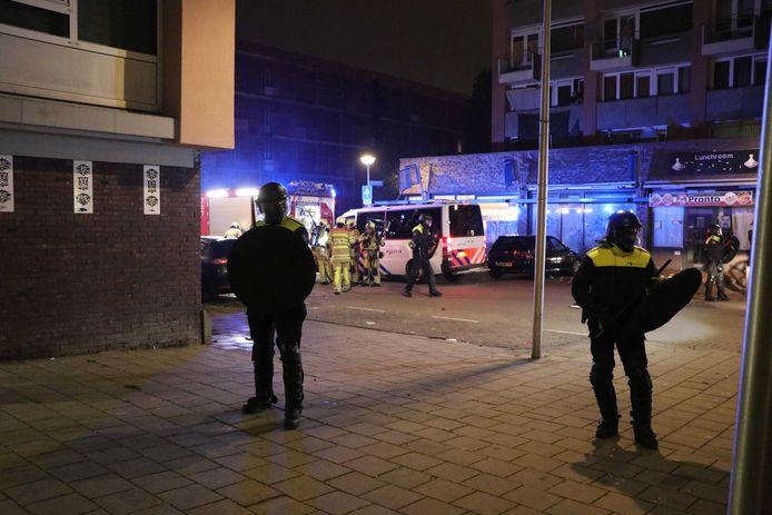 Agenten in de wijk Kanaleneiland tijdens de rellen.