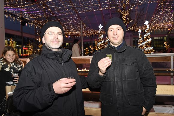 Bezoekers Geert en Jorrit genieten, ondanks de maatregelen, nog even hard van een glaasje jenever.